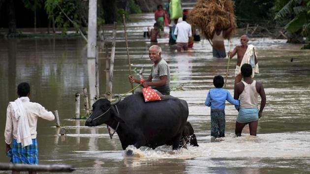 Villagers move to safer place from flood-hit Vaispara in Araria district of Bihar.(PTI File Photo)
