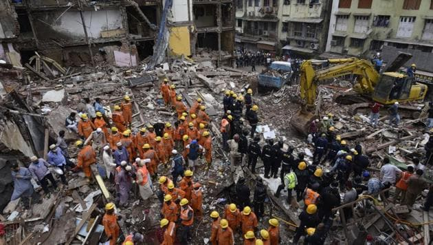 Rescue operation on after a building in Bhendi Bazaar area of Mumbai collapsed on Thursday.(Anshuman Poyrekar/HT Photo)