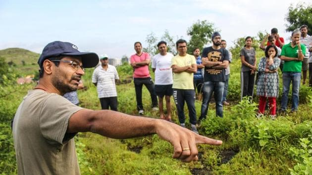 Shailesh Valvaikar of Vasundhara Swachhata Abhiyan explain to participants the various aspects and benefits of Miyawaki model forestation method on Saturday.(PHOTO HT)