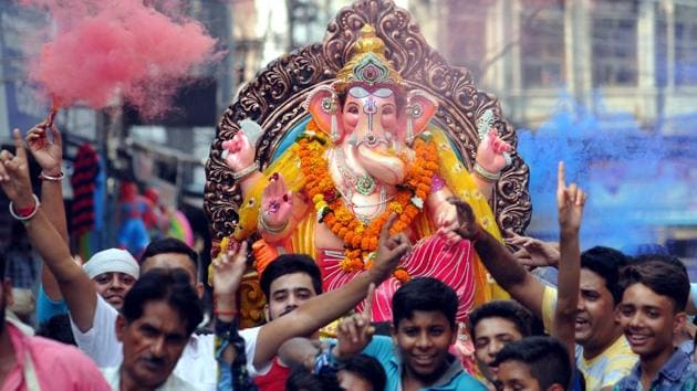 Devotees dancing during procession of Lord Ganesha on the eve of Ganesh Visarjan on Thursday, August 31, 2017.(Pardeep Pandit/HT Photo)