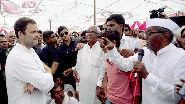 Congress vice-president Rahul Gandhi interacting with farmers during his visit at Parbhani in Maharashtra on Friday.(PTI Photo)