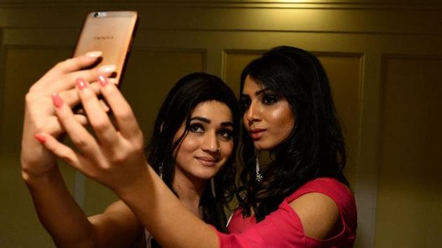 Finalists of Miss Transqueen 2017 take selfies backstage before the beauty pageant for trangender people in Gurgaon.(AFP)