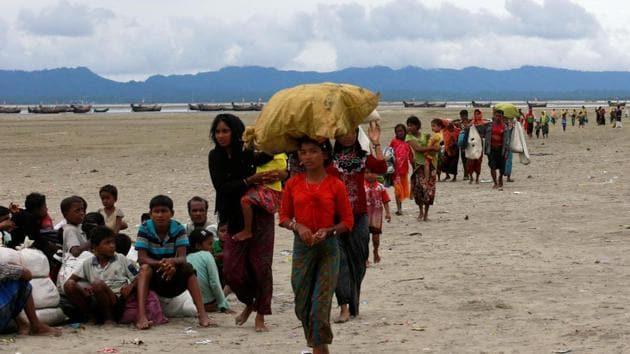 Rohingya refugees walk to a Border Guard Bangladesh (BGB) post after crossing the Bangladesh-Myanmar border by boat through the Bay of Bengal in Shah Porir Dwip, Bangladesh, September 10, 2017.(REUTERS Photo)