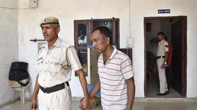 Accused Ashok in police custody in Gurgaon.(Sanjeev Verma/HT PHOTO)
