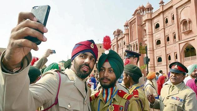 A British Army officer taking a selfie with NCC cadets.(Sameer Sehgal/HT)