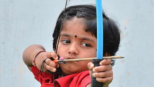 Vijayawada's Cherukuri Dolly Shivani, only five-years-old, has set two records in archery.(Twitter)