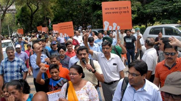 Jaypee Infratech home buyers protest with placards in Noida.(PTI)