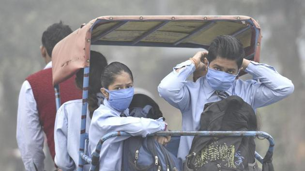 School going children wear masks to protect themselves from the toxic Delhi air in Mayur Vihar, in New Delhi, India.(Mohd Zakir/HT PHOTO)