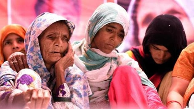 Pehlu Khan's mother Anguri Begum sits on a dharna at Jantar Mantar, New Delhi, demanding justice for her son.(HT file)