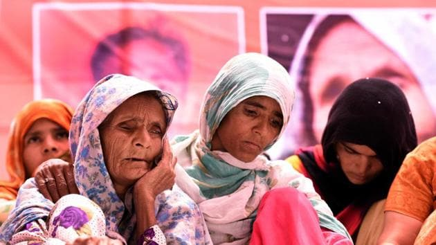 Anguri Begum, mother of Pehlu Khan, protests demanding justice for her son at Jantar Mantar in New Delhi.(Sonu Mehta/HT File Photo)