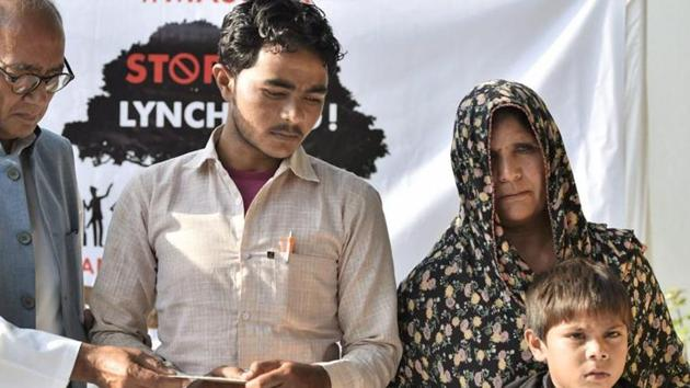 Congress leader Digvijaya Singh gives Rs 25,000 as financial assistance to Pehlu Khan's family.(PTI File Photo)