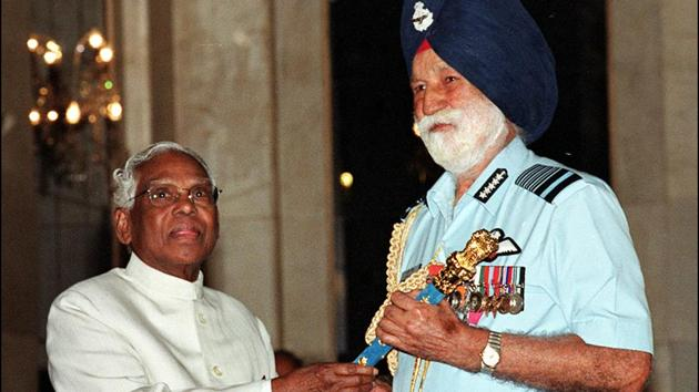 Then president KR Narayanan, left, presents a baton to Air Chief Marshal Arjan Singh at a ceremony at Rashtrapati Bhawan in New Delhi, April 23, 2002.(HT File Photo)