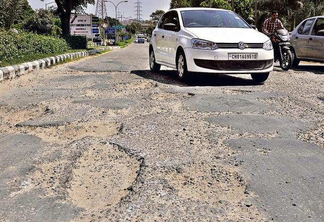 A dilapidated stretch on the road dividing Sectors 1 and 2 in Panchkula. Situated near the mini secretariat and district courts complex, it provides entry to the city from the Zirakpur-Kalka highway.(Sant Arora/HT)