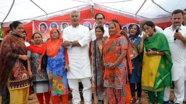 Sunil Jakhar at a Congress workers' meeting in Pathankot.(HT Photo)