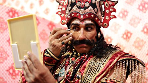 Actor Mukesh Rishi puts on makeup before going on stage at the Luv Kush Ramlila in the Capital.(Manoj Verma/HT Photo)