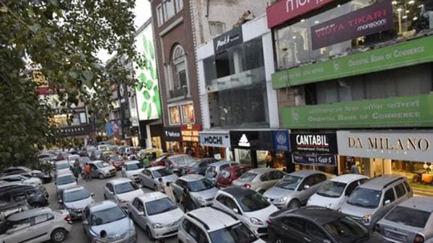 As per the new draft rules on-street parking will be priced at least thrice as much as off-street parking, and towing charges for violation of no-parking or overstay in authorised parking would be much higher than on-street parking fees.(HT FILE)