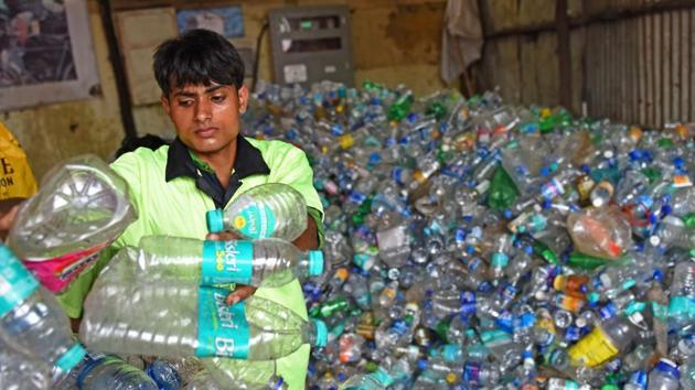 India's big cities generate over 15,000 tonnes of plastic waste every day.(Satyabrata Tripathy/HT Photo))