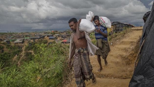 Rohingya Muslims who crossed over from Myanmar into Bangladesh, walk back to their shelters after collecting aid in Taiy Khali refugee camp, Bangladesh, Wednesday, Sept. 27, 2017.(AP Photo)