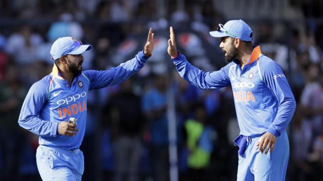 Kedar Jadhav picked up the important wicket of David Warner on Thursday during the 4th India vs Australia ODI.(AP)