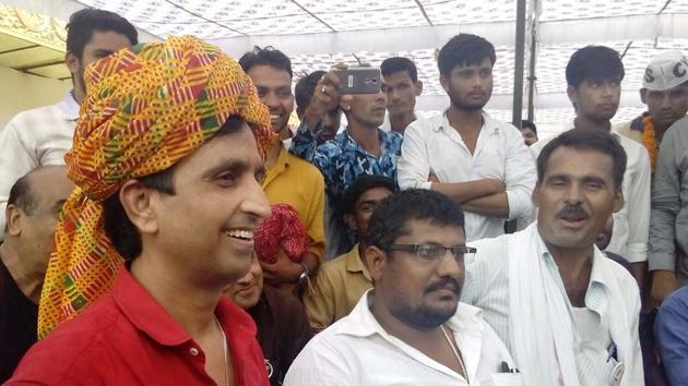 AAP Rajasthan in-charge Kumar Vishwas at the Rajasthan University to felicitate the winners in students' union election.(HT File Photo)