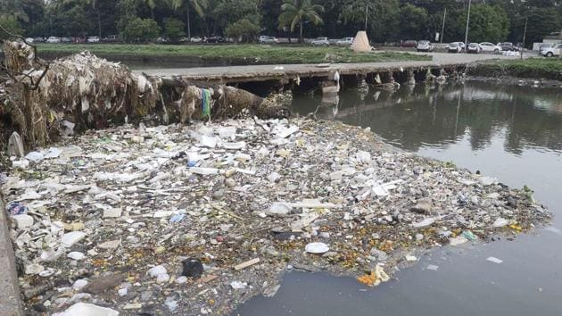 Polluted Mutha river at the Siddheshwar ghat in Pune.(Ravindra Joshi/HT PHOTO)