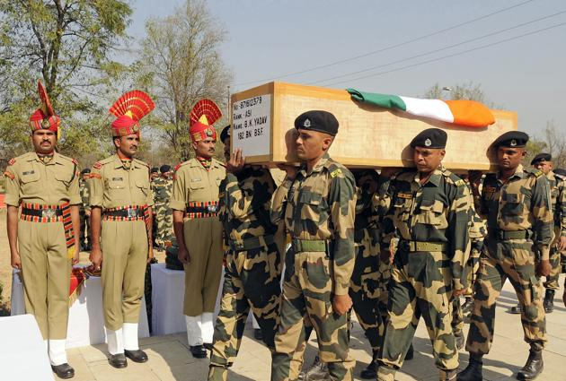 Border Security Force (BSF) personnel carry the coffin of Brij Kishore Yadav, a 50-year-old assistant sub-inspector killed in the militant attack in Srinagar, during a wreath-laying ceremony on Wednesday.(Waseem Andrabi/HT Photo)