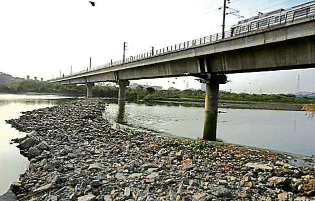 A temporary road across the Yamuna that was demolished by the DDA on September 2, has come up again.(Sushil Kumar/HT Photo)
