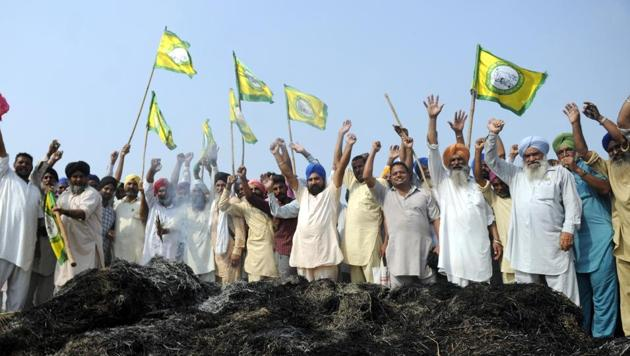 Members of Bharatiya Kisan Union burning paddy stubble during a protest against the Punjab government at Mehmadpur on the Chandigarh Bhatinda road near Patiala on Tuesday, September 26, 2017(Bharat Bhushan/Hindustan Times)