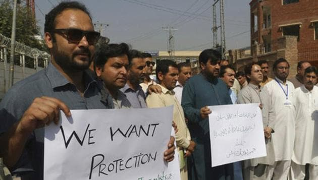 Pakistani journalists protest to condemn the killing of their colleague in Peshawar on Friday.(AP)