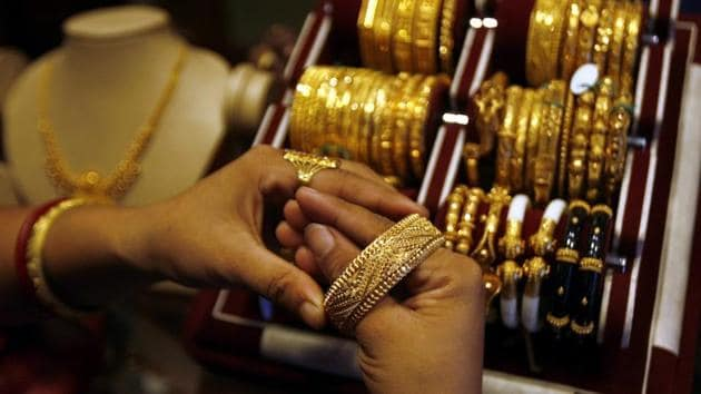 Jewellers across Mumbai have come up with a bonanza of offers to get customers to buy gold on Dhanteras.(HT File)