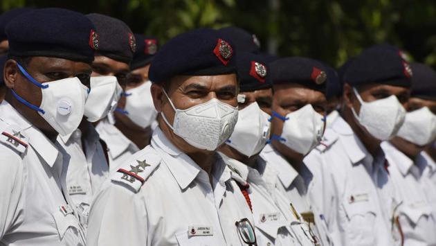 Ten thousand pollution masks (N95) were distributed among Delhi Traffic Police personnel to minimise the impact of toxic air at Traffic Police Headquarters, in Pusa, New Delhi on Tuesday.(Vipin Kumar/HT Photo)
