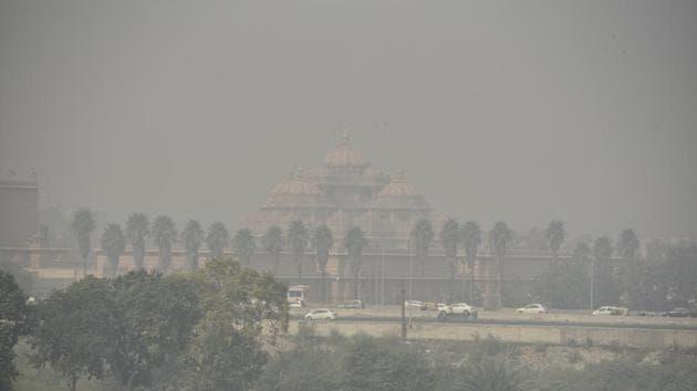Akshardham temple covered by a haze.(Mohd Zakir/HT PHOTO)