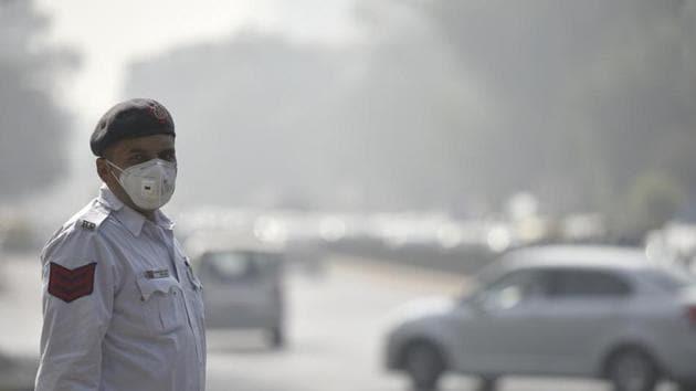 A Delhi traffic policeman wearing mask in Delhi during the persistent smog of November 2016.(Raj K Raj/HT Photo)