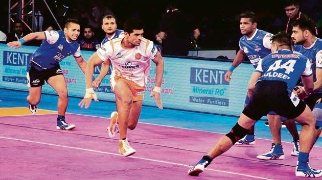 Puneri Paltan captain Deepak Hooda (orange) in action during a Pro Kabaddi league match. Heading to the knockouts the Pune team wants to finish top of the league.(HT PHOTO)