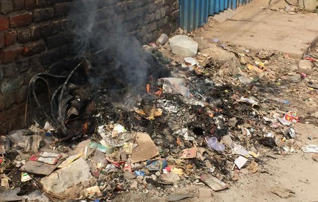 Open burning of waste has often been blamed for the declining air quality in Gurgaon.(Parveen Kumar/HT FILE)