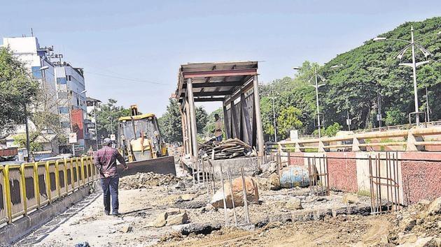 Dilapidated condition of the BRTAS bus stop near Khandoba Mal chowk, Akurdi.(HT PHOTO)