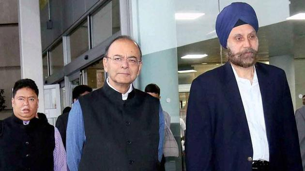 India's ambassador to the US Navtej Sarna with finance minister Arun jaitley at New York's John F Kennedy airport.(PTI file photo)