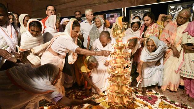 Widows light Diyas and sing religious songs on the eve of Diwali at Gopinath Temple in Vrindavan, on Monday October 16, 2017.(HT File Photo)