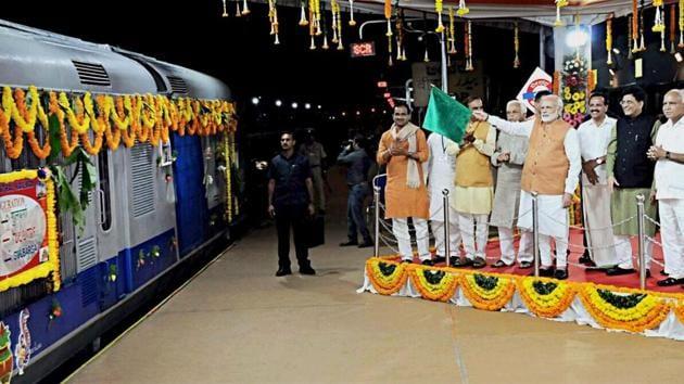 Prime Minister Narendra Modi (C), along with railway minister Piyush Goyal and other Union ministers, inaugurates the Bidar-Kalaburagi new railway line in Bidar on Sunday.(PTI)