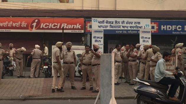 Amritsar has virtually turned into a police cantonment with hundreds of cops on the roads.(HT Photo)