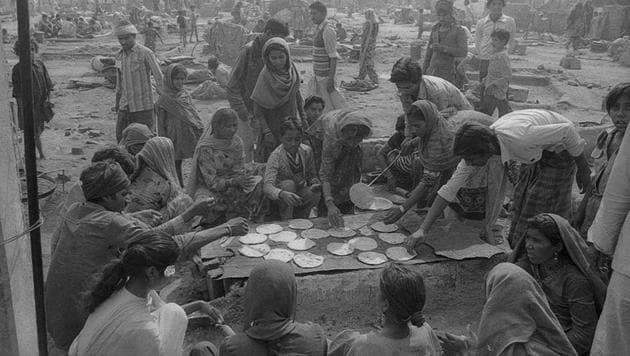 Victims of the 1984 riots seen cooking in the open after their homes were burnt and destroyed by anti-Sikh mobs(HT Photo)