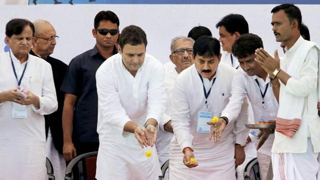 Congress vice president Rahul Gandhi with party leader Bharatsinh Solanki and OBC leader Alpesh Thakor offering rituals during a public meeting in Bharuch on Wednesday.(PTI)