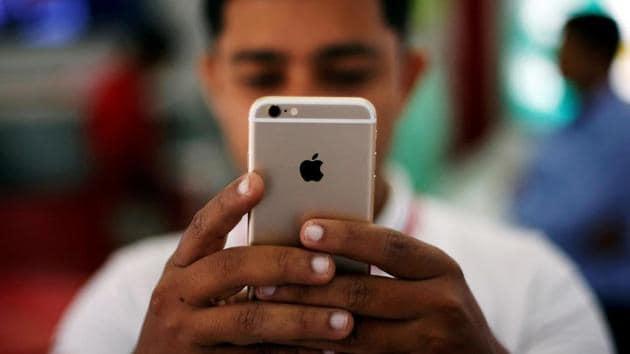 FILE PHOTO - A salesman checks a customer's iPhone at a mobile phone store in New Delhi, India, July 27, 2016. REUTERS/Adnan Abidi/File photo(REUTERS)
