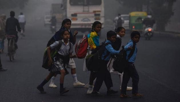 """The Indian Medical Association said the capital was witnessing a """"public health emergency"""" and has appealed to the government to stop outdoor sports and other such activities in schools to protect the health of children.(Burhaan Kinu / HT Photo)"""
