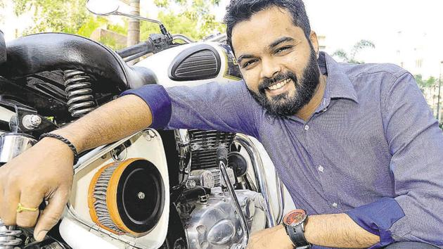 Mayur Patil's Yamaha RX100 giving poor mileage got him to seek a solution, and resulted in him developing an air filter that works on negative ions to better mileage. With Royal Enfield being approached to test these filters, Mayur's creation gets a promising start.(RAVINDRA JOSHI/HT Photo)
