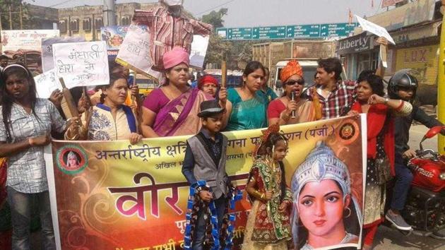 Members of International Kshatriya Veerangana Mahasabha staging a protest against Bhansali's Padmavati at Lahurabeer intersection in Varanasi on Sunday.(HT Photo)