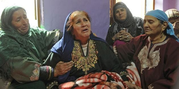 Ayesha Khan, mother of newly recruited militant Majid Khan, wails at their home in Anantnag, Kashmir(Waseem Andrabi/HT Photo)