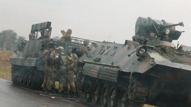 Soldiers stand beside military vehicles just outside Harare,Zimbabwe,November 14,2017.(REUTERS)