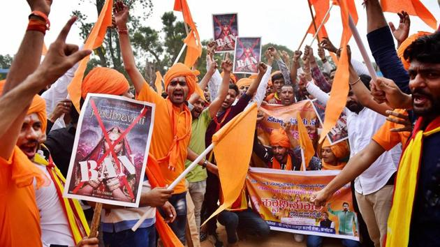 Members of Rashtriya Rajput Karni Sena shout slogans against fimmaker Sanjay Leela Bhansali during a protest demanding a total ban on the movie Padmavati in Bengaluru on Wednesday.(PTI)