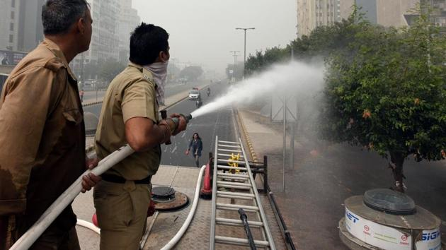 The NGT had on Tuesday asked Delhi government to identify one of the most polluted areas in the city and spray water from a height there.(Sonu Mehta/HT FILE)